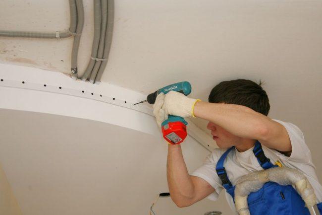При необходимости установим карниз под шторы и декоративную заглушку для потолков из ПВХ. Уберем оставшийся после монтажа строительный мусор – вам останется только протереть пыль